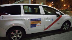 taxi de madrid con campaña sobre acúfenos.